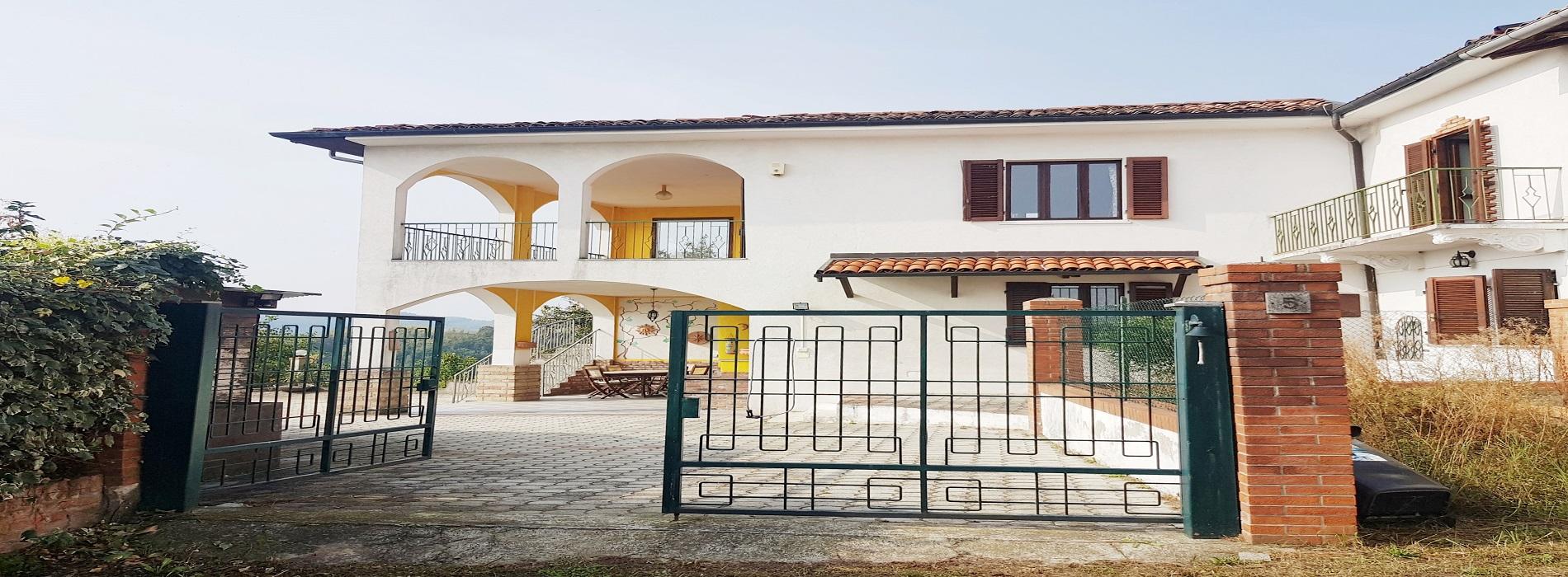 CAMINO (AL) Vendesi soleggiatissima villa indipendente ristrutturata di 240 mq.