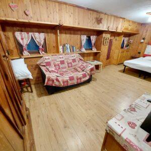 COURMAYEUR (CENTRO) vendesi monolocale al piano -1 arredato in elegante complesso residenziale.