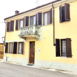 CASALE POPOLO (CANTONE CHIESA) Vendesi in centro paese casa indipendente